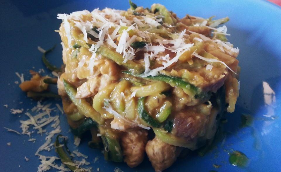 Spaghetti di zucchine ai ceci e petto di tacchino