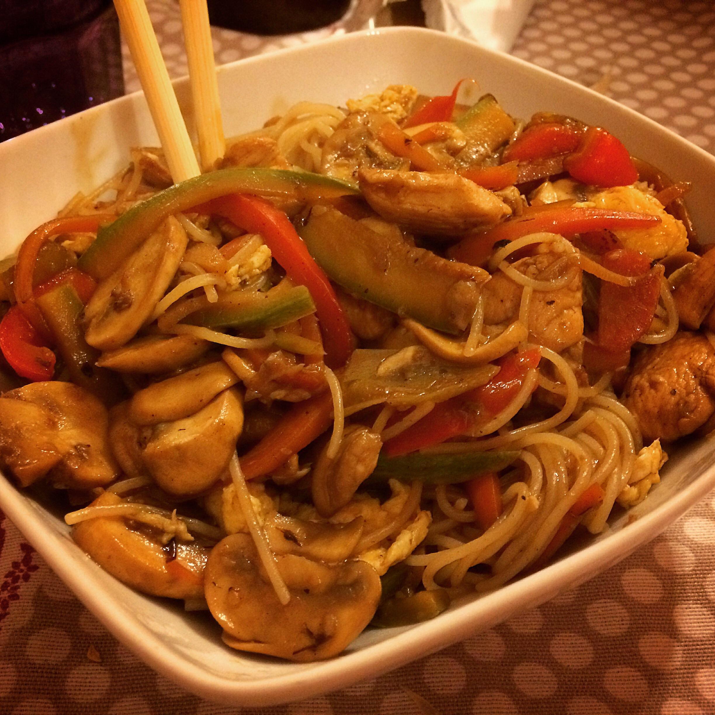 Spaghetti di riso integrale con pollo alla soia