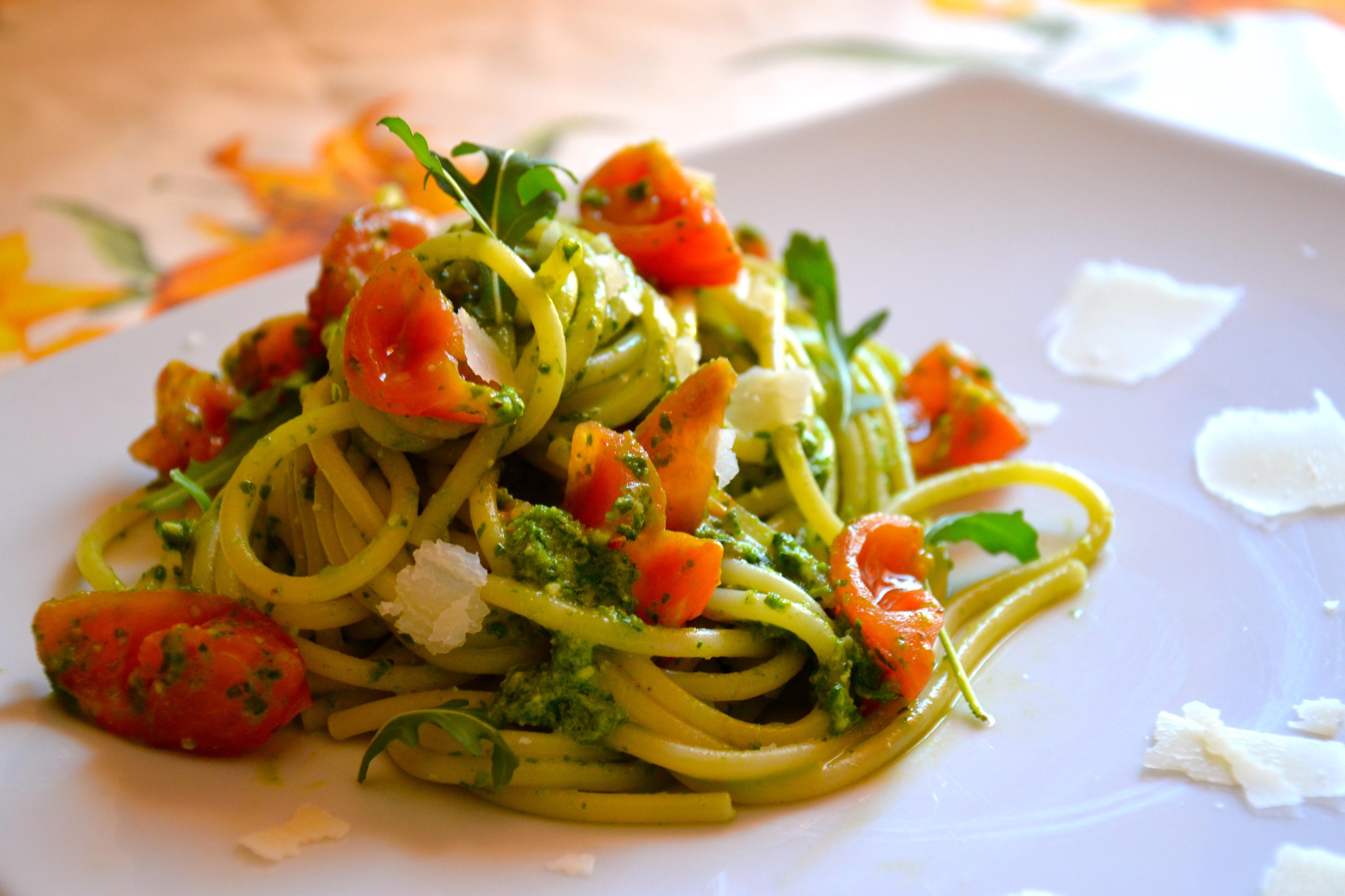 Spaghetti con pesto di rucola e pomodorini