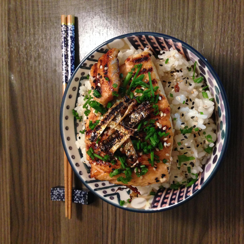Scodella di Riso Sushi e Salmone Teriyaki alla piastra