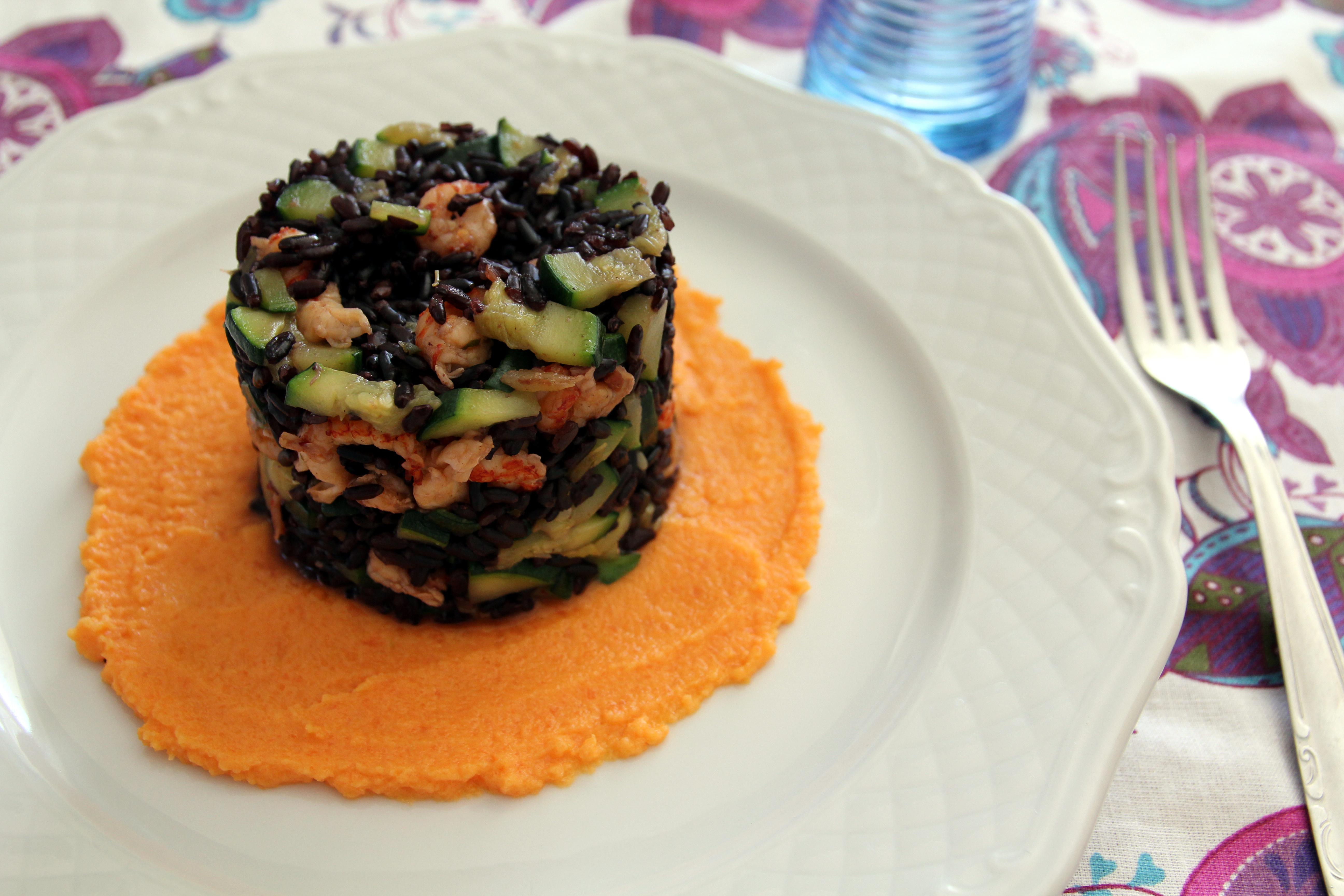 Riso Venere con gamberetti di fiume e zucchine su vellutata di carote