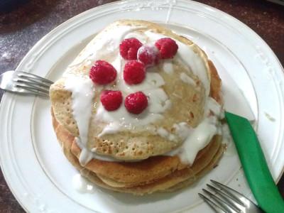 Pancake integrali farciti con banane e yogurt