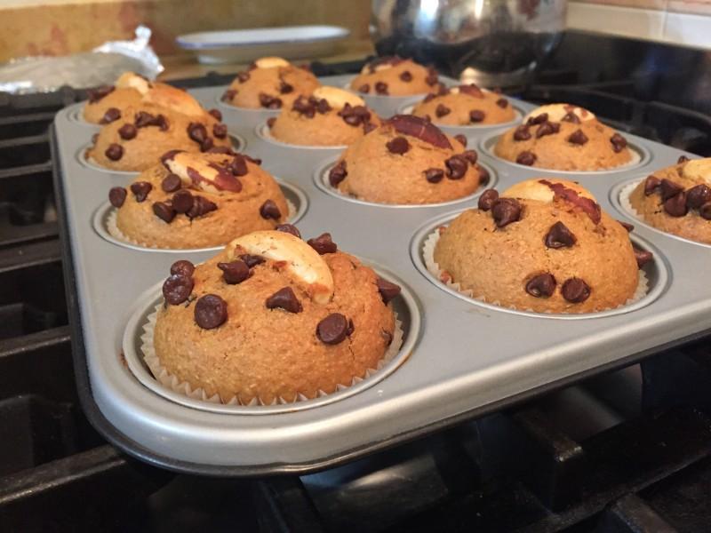 Muffin integrali al caffè e cioccolato con noci brasiliane