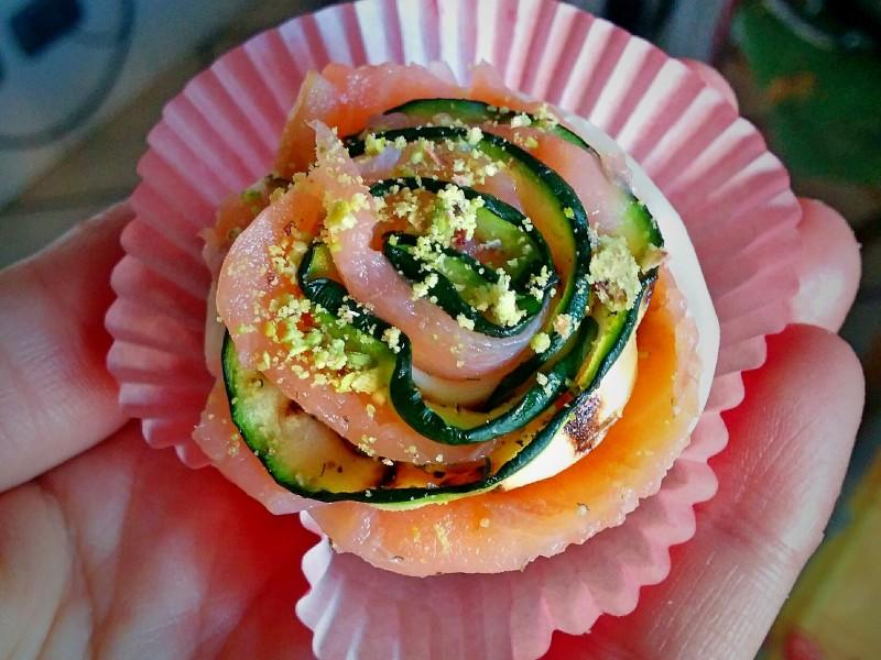 Rose di salmone con zucchine e granella di pistacchi
