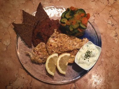Pollo alla piastra panato con verdure e salsa tzatziki