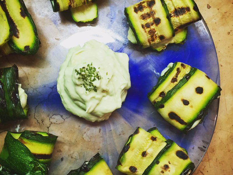 Rotolini di zucchine grigliate con avocado e philadelphia