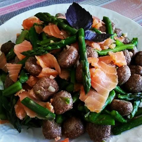 Gnocchetti integrali con asparagi e salmone