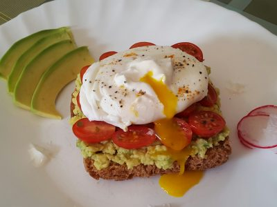 Toast con avocado e uova alla mediterranea
