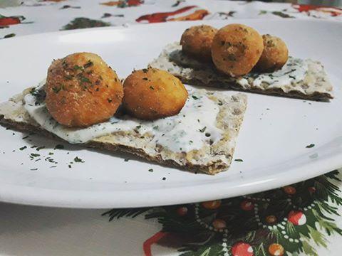 Polpettine di salmone con salsa di yogurt di soia speziata con aglio e prezzemolo