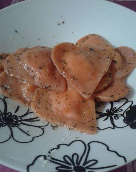 Ravioli di pomodoro con ripieno di ricotta