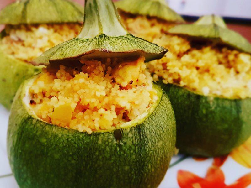 Zucchine tonde ripiene di couscous e speziate alla curcuma