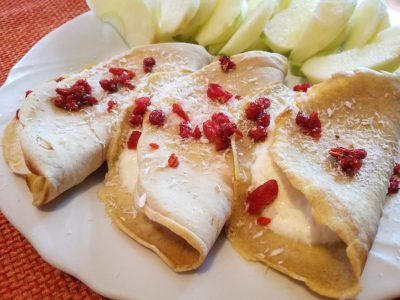 Crepes light alla cannella farcite con yogurt e cocco