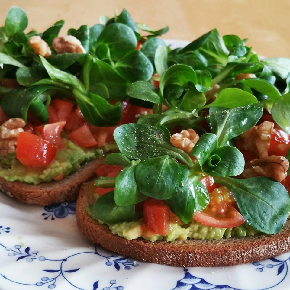 Bruschetta con avocado, pomodoro e insalata
