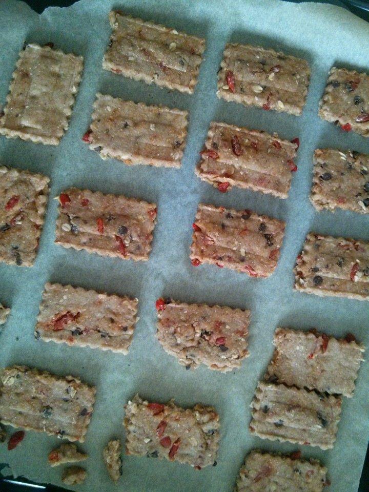 Biscotti integrali con gocce di cioccolato e bacche di goji