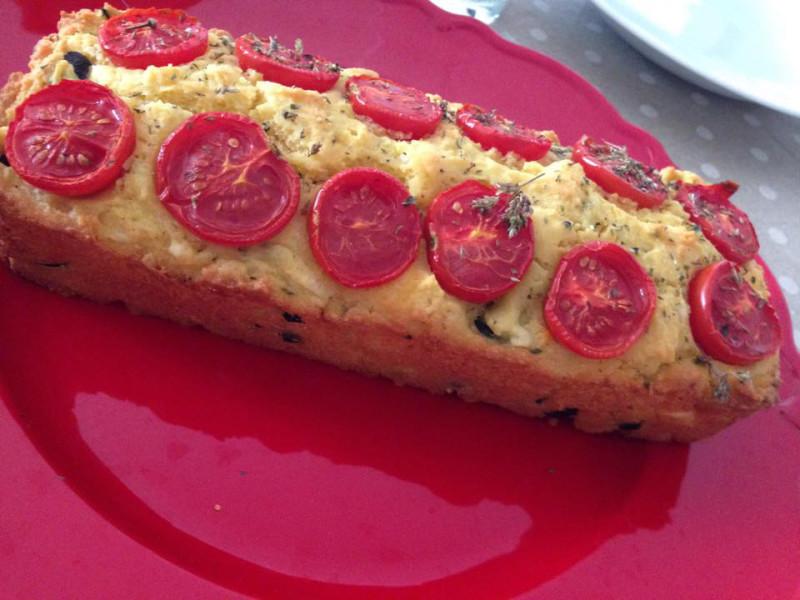Cake di feta con olive e pomodorini