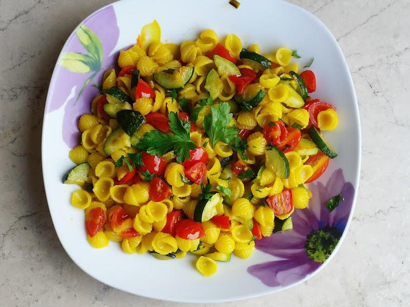 Conchigliette gialle alle zucchine e pomodorini