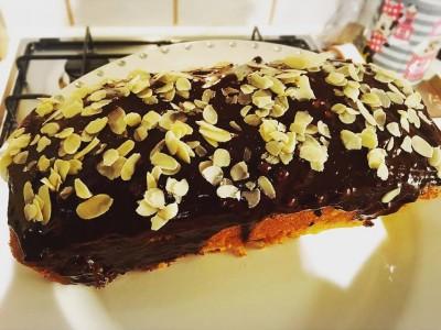 Plumcake ai mandarini con glassa al cioccolato e mandorle a lamelle