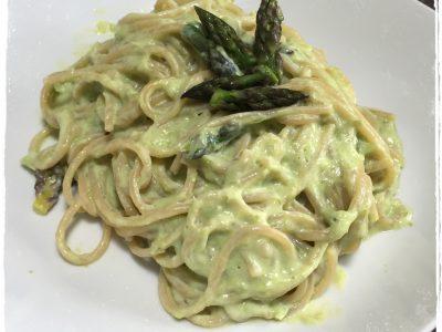 Spaghetti integrali con crema di tofu e asparagi