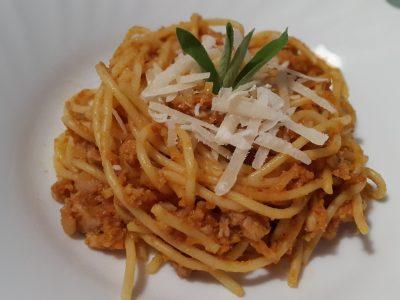 Spaghetti di mais con ragù di pollo e verdure.