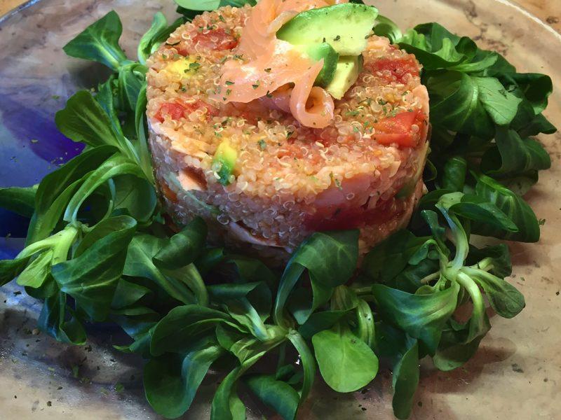 Quinoa con salmone, avocado e pomodorini