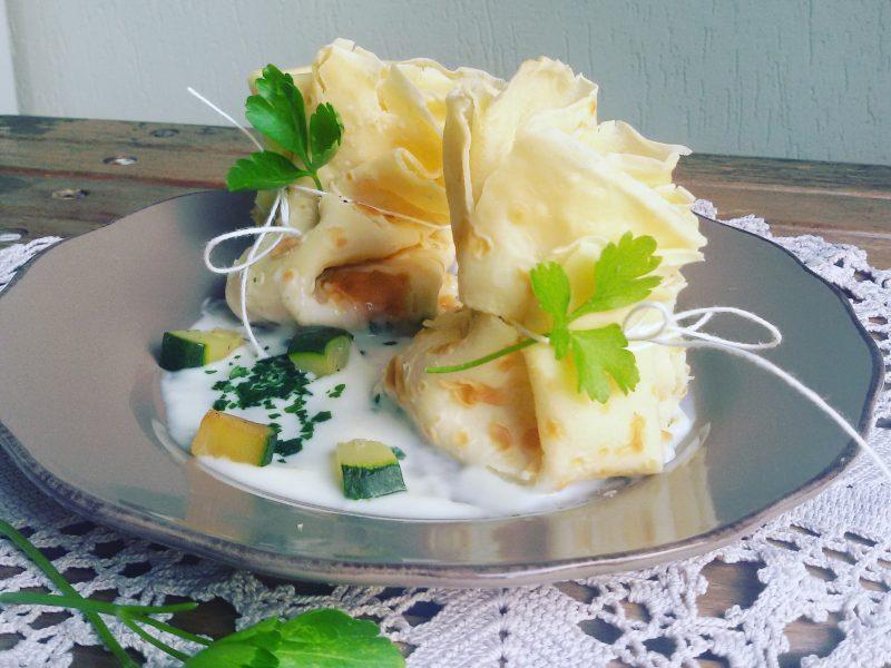 Fagottini di crespelle ripieni di gamberetti e zucchine