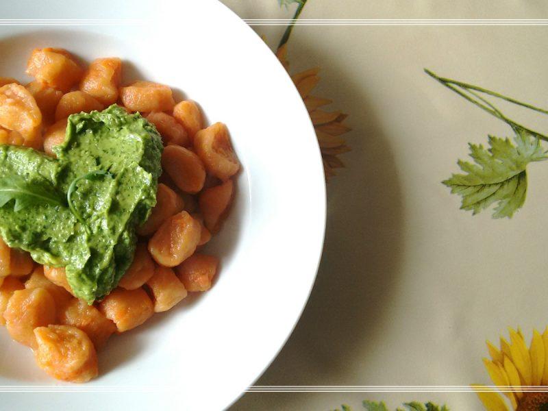 Gnocchi di carote con pesto di avocado e rucola