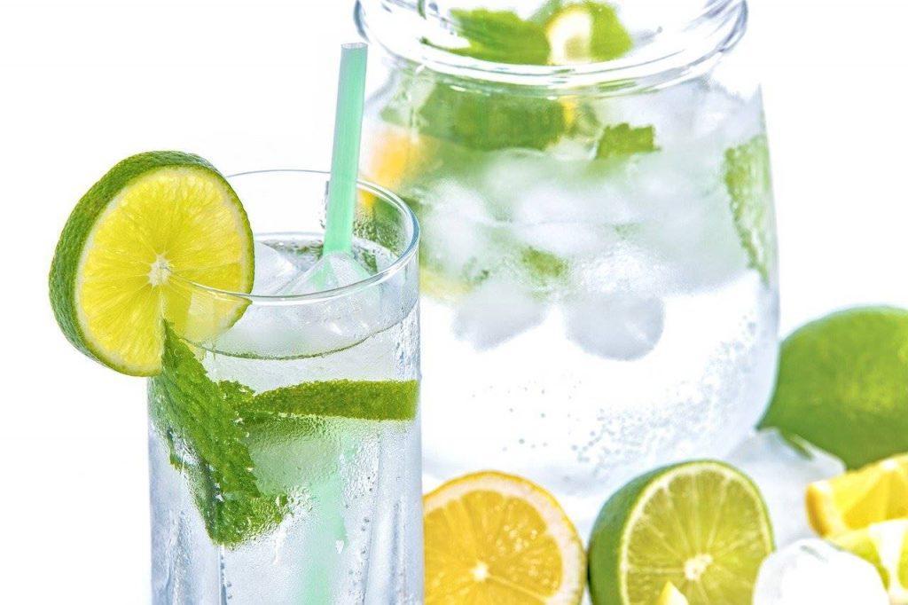 I benefici di bere Acqua e Limone la mattina
