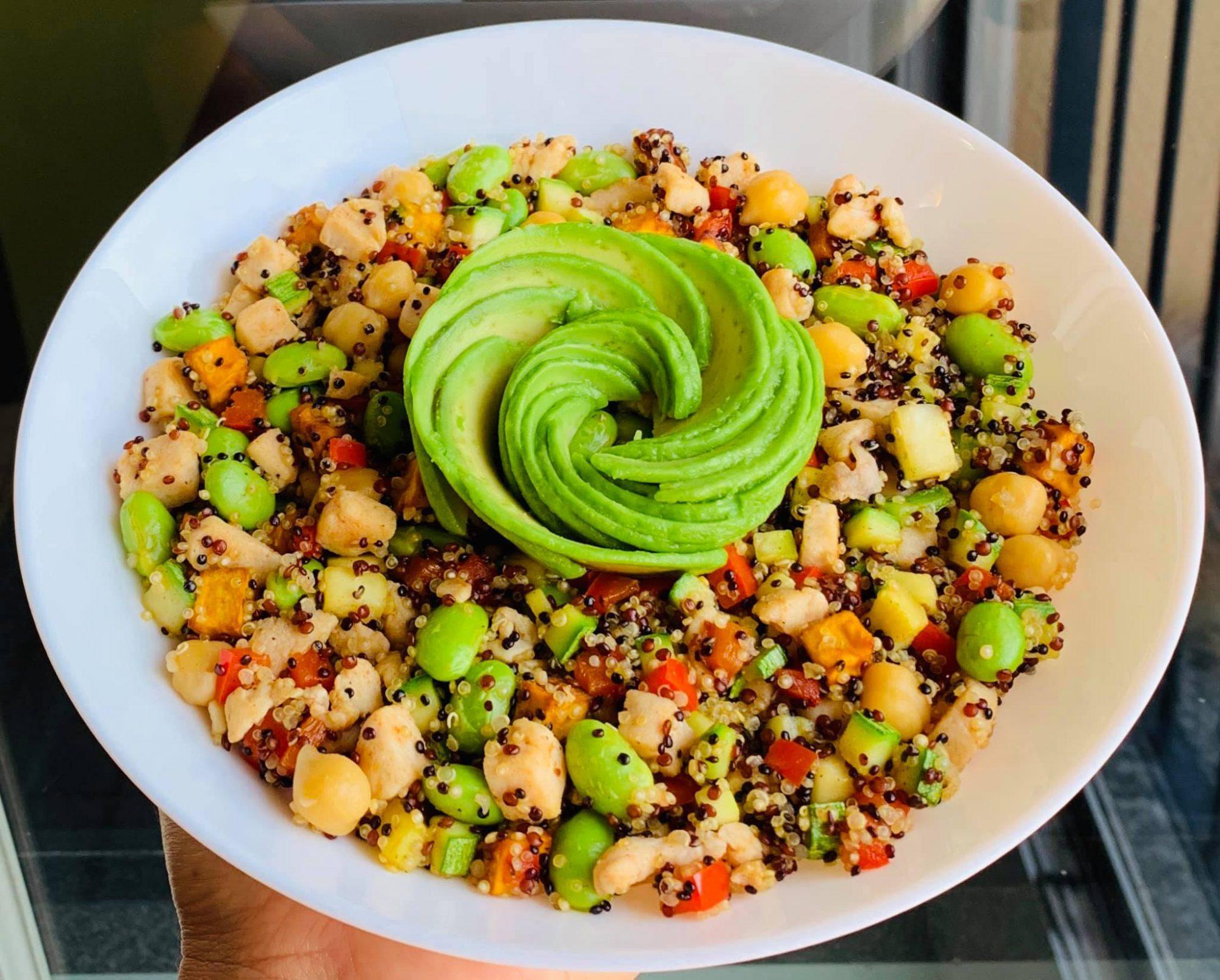Insalata di quinoa con verdure, ceci e pollo