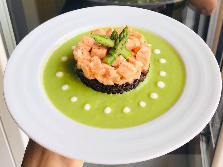 Tortino di riso nero e salmone marinato agli agrumi , in crema di asparagi