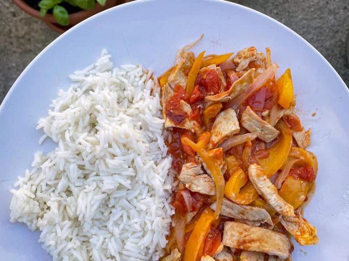 Pollo con peperoni e cipolla