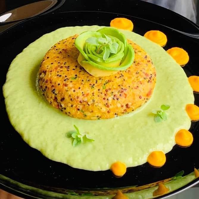 Burger di salmone affumicato e quinoa su crema di porri