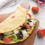 Piadina di farina di ceci con insalata greca